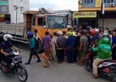 Kendarai Sepeda Motor, Fitri Tewas Dihantam Truk